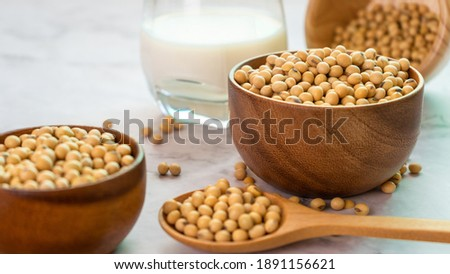 soybeans in wooden bowl with wooden spoon on the table. Foto d'archivio ©