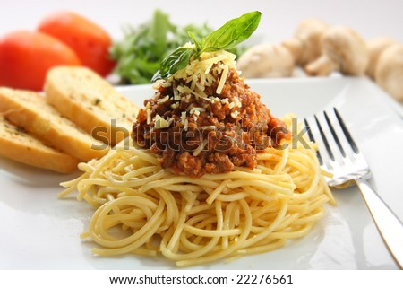 Spaghetti pasta served with garlic bread