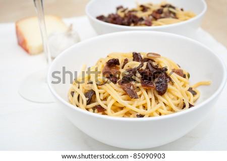 Spaghetti piccanti con funghi e pomodori secchi - Pasta with mushrooms and dried tomatoes