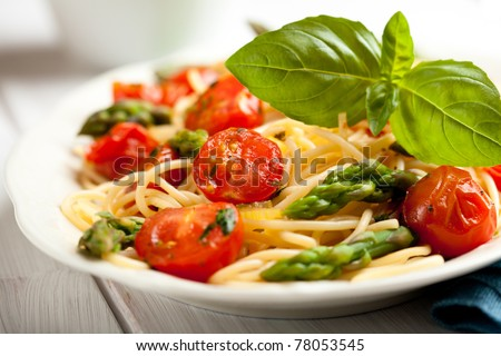 Spaghetti with asparagus and cherry tomato