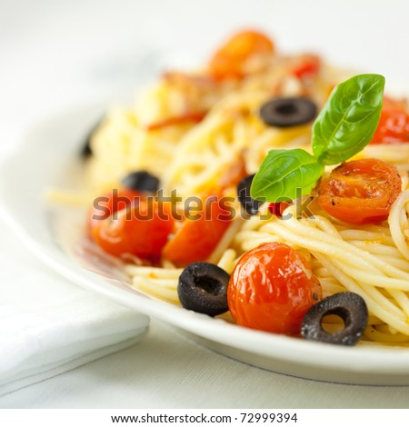 spaghetti with cherry tomatoes and olives #72999394