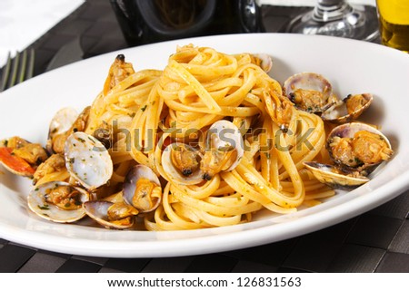 Spaghetti with clams and tomato sauce