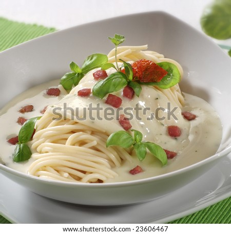 Spaghetti with cream sauce and bacon