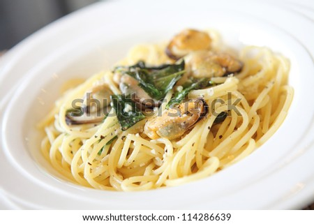 Spaghetti with mussel and olive oil