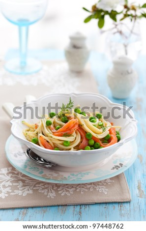 Spaghetti with salmon and green pea