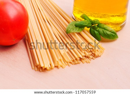 Spaghetti with tomato, olive oil and basil