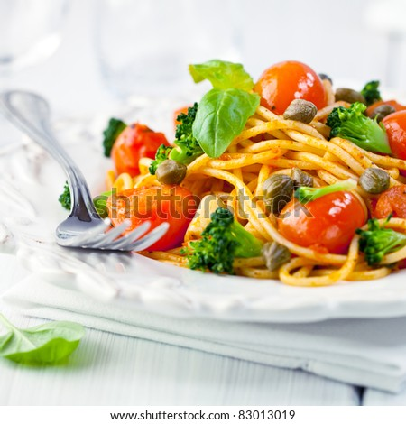 Spaghetti with tomatoes,broccoli and capers