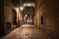 Spain, Barcelona, Gothic Quarter - Barri Gotic by night, bridge crossing Carrer del Bisbe street, city landmark