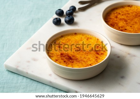 Spanish crema catalana. Creme brulee. Traditional French vanilla cream dessert. Burned cream, burnt or Trinity creme. Rich custard base topped with layer of hardened caramelized sugar. Foto d'archivio ©