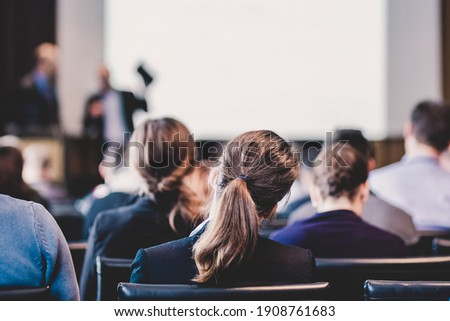 Speaker Giving a Talk at Business Meeting. Audience in the conference hall. Business and Entrepreneurship. Foto stock ©