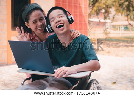 Special need child on wheelchair use a tablet in the house with his parent, Study or Work at home for safety from covid 19, Life in new normal education of special need kid,Happy disabled boy concept. Foto stock ©