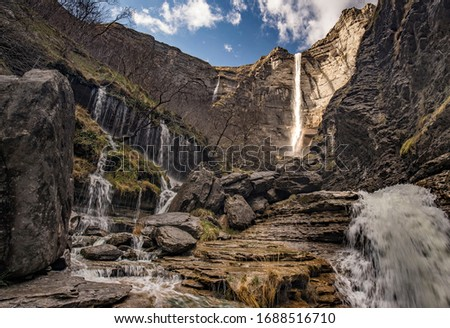 Spectacular ravine that leads to the base of the waterfall of Salto del Nervion Foto stock ©