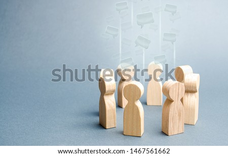 Speech clouds in the center of a people circle. Discussion processes in a team or community. Collaboration and cooperation, participation in a meeting. Business negotiations. Share opinion, diplomacy Photo stock ©