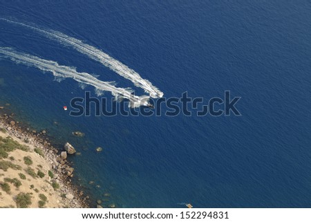 Speed boats racing in the sea, top view