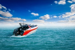 Speedboat is traveling in the middle of the sea on a beautiful day with beautifully clear skies.