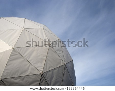 Spherical radome covering an antenna