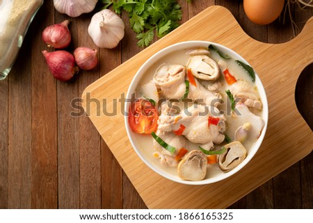 Spicy Chicken Drumstick Soup (Tom Yum Gai) ,Spicy soup thai style.Top view. Foto stock ©