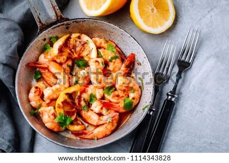 Spicy garlic chilli Prawns Shrimps on frying pan with lemon and cilantro Stockfoto ©