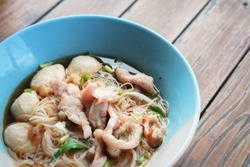 Spicy rice noodles with pork