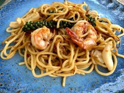 Spicy spaghetti shrimp with chili and fresh pepper