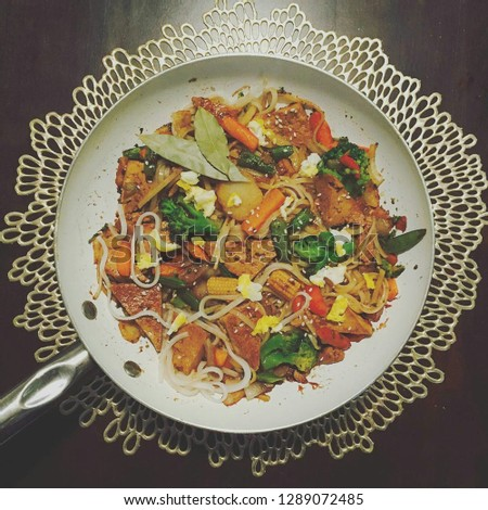 spicy tofu marinated in jack daniel's, honey teriyaki, thai chili paste and red pepper flakes added to an assortment of veg and rice noodles with scrambled egg