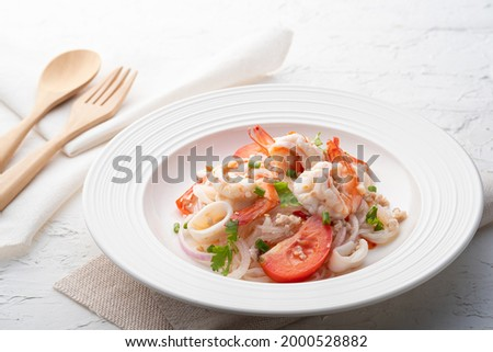 Spicy vermicelli Salad with shrimp,minced pork and squid (Yum Woon Sen) Zdjęcia stock ©