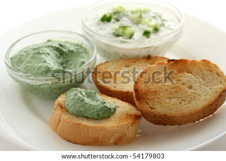 spinach and cucumber dip with bread