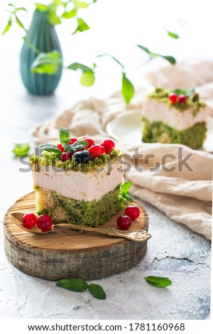 Spinach cake with bluebarries and currant on a slice of wood.  Zdjęcia stock ©