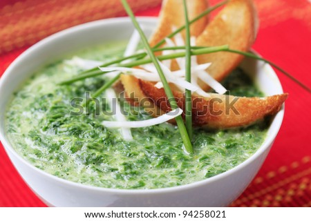 Spinach soup with toasted bread