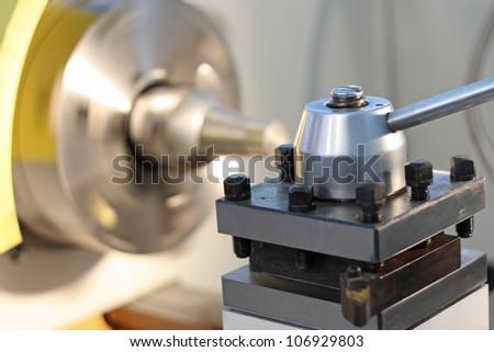 Spindle of a lathe against a rotating cartridge
