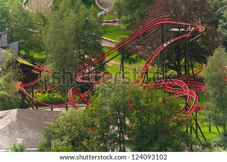 spinning coaster track, with wagon ready to dive down