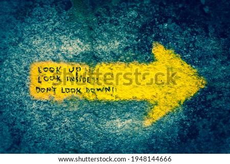 Spiritual Enlightning Motivational Writing on the Yellow Arrow Pilgrim Way Marker Sign on the the Way of St James Pilgrimage Trail Camino de Santiago Foto d'archivio ©
