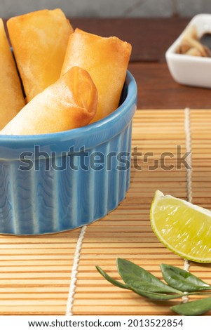 Spring rolls (Robinho de primavera) in a blue bowl, selective focus. Asian food Foto stock ©