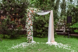 Square arch for a wedding ceremony.