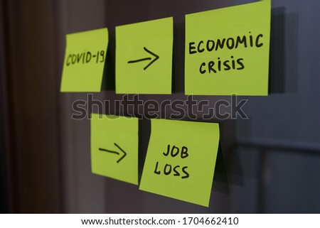Square post it notes explaining the effect of covid 19 coronavirus on economic crisis and recession, and on unemployment, job loss and economic situation ストックフォト ©
