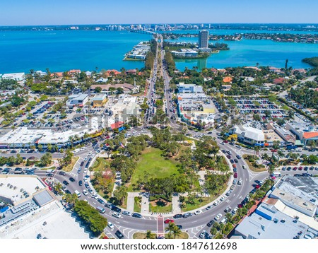 St Armands Circle Sarasota Florida Lido Key Aerial Drone Picture Blue Sunny Skies Foto stock ©