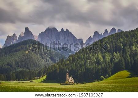 St Johann Church, Santa Magdalena, Val Di Funes, Dolomitas, Italy Foto stock ©