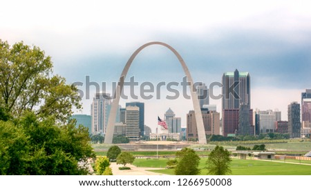 St. Louis skyline featuring the American flag under the Gateway Arch Foto stock ©