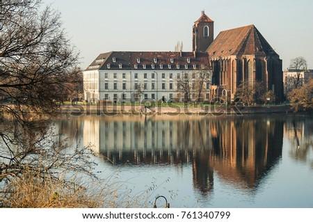 St. Mary's Church (ko?ció? Naj?wi?tszej Marii Panny) in Wroclaw (Breslau) viewed from across the Oder river.  Foto stock ©