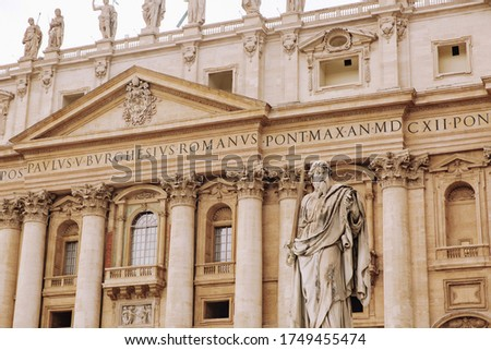 St. Peter, Vatican City. Low angle view of the statue of St. Peter in St. Peter's Square, Vatican City, with the fa?ade of the Basilica in the background. Photo stock ©