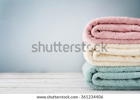 Stack of bath towels on light wooden background closeup Foto stock ©
