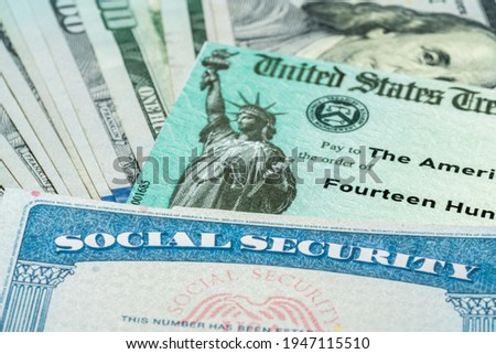 Stack of 100 dollar bills with US Treasury illustrative check to illustrate American Rescue Plan Act of 2021 payment with social security card for retirees Foto stock ©