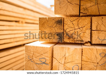 Stack of lumber wooden beams prepared to build a house Foto stock ©