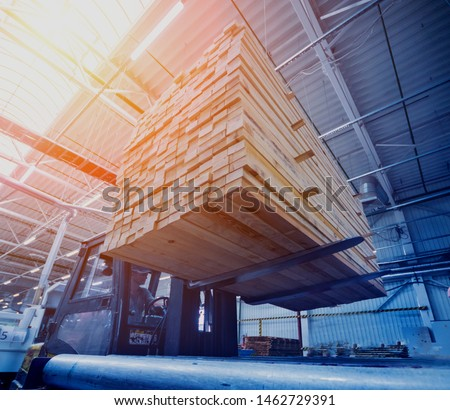 Stack of natural rough wooden boards. Wooden boards, lumber, industrial wood. Industrial timber Foto stock ©