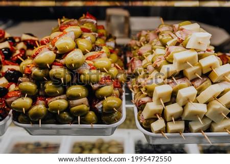 Stacked barbeque sticks in Mercado De San Miguel, Madrid Foto stock ©