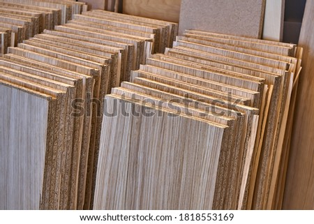 Stacked shelves. Veneer chipboard shelves. Production of wood furniture. Furniture manufacture. Close-up Foto d'archivio ©