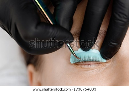 Staining, curling, laminating, lash lift. Rollers, hair curlers for eyelashes. Eyelash Extension Procedure. Lengthening lashes for girl in beauty salon. Beauty Concept. Foto stock ©