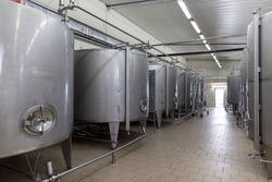 Stainless steel barrels and tanks and other containers for liquids in the food industry. Industrial production of alcoholic or soft drinks.