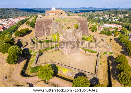 Star shaped bastions and outworks of Citadelle de Bitche, medieval fortress and stronghold near German border in Moselle department, France. The citadel noted for resistance in Franco-Prussian War. Stockfoto ©