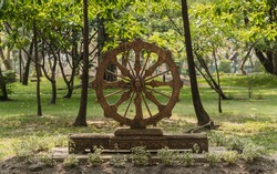 Statue of a chariot wheel in the parks.